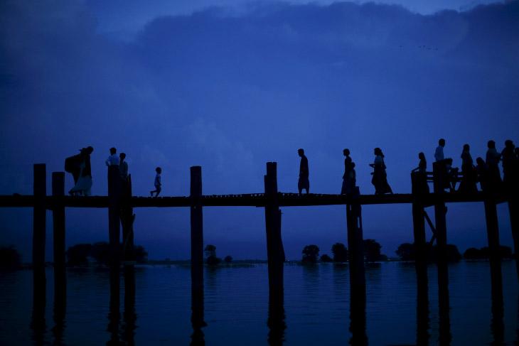Міст над озером в в Мандалаї, М'янма