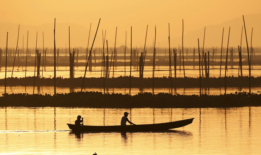 Рибалки на озері Лагуна-де-Бей в Манілі