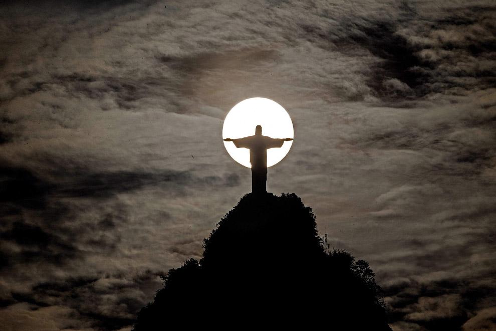 Знаменитая статуя Иисуса Христа с распростёртыми руками на вершине горы Корковаду в Рио-де-Жанейро