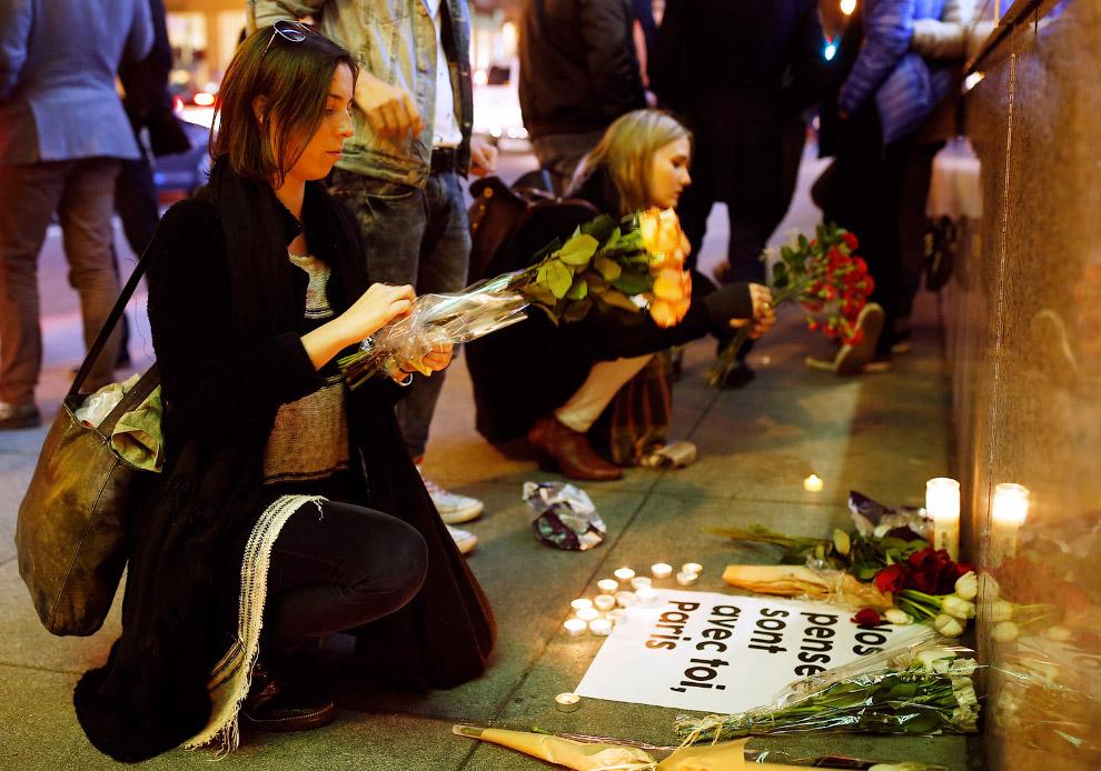 Стихийный мемориал в память жертвам терактов в Париже около консульства Франции в Сан-Франциско