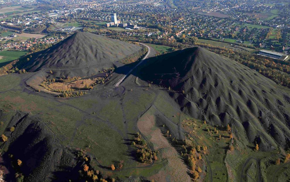 Символами города стали два огромных террикона высотой 66 метров