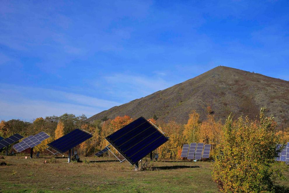Городские солнечные панели на фоне угольных отвалов