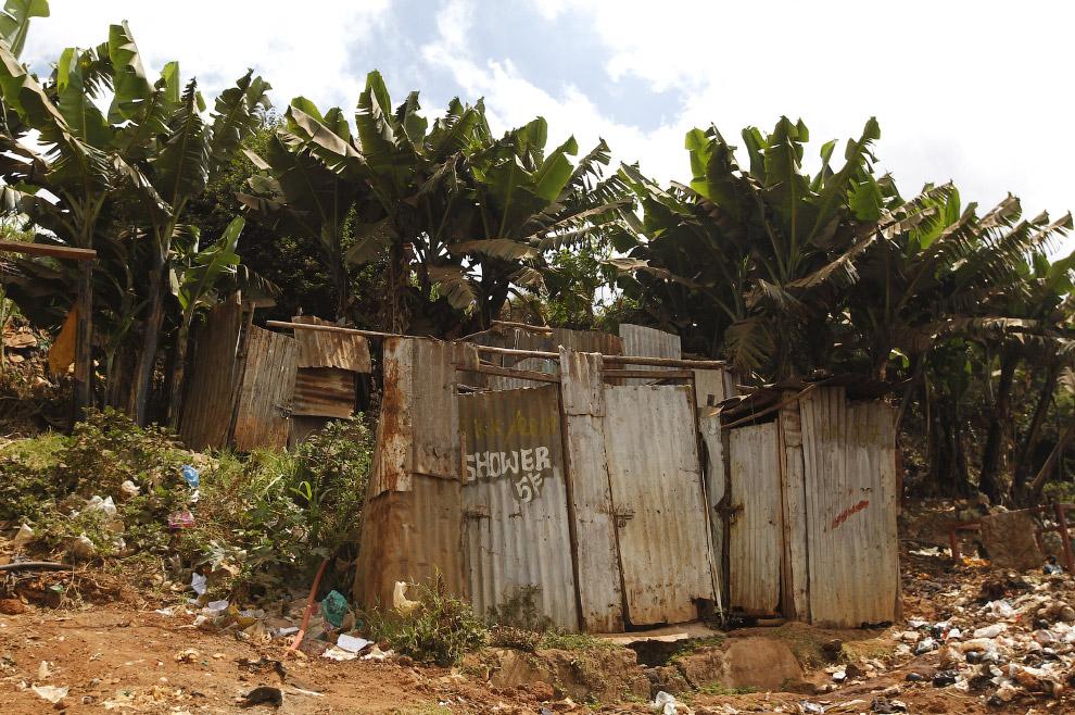 Туалет в трущобах Кибера в Найроби, Кения