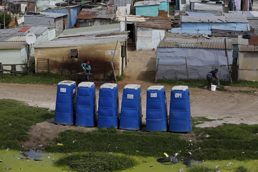 Мобильные кабинки в поселке Хайелитше, Кейптаун, Южная Африка