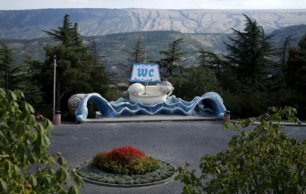 Креативный общественный туалет в Тбилиси, Грузия