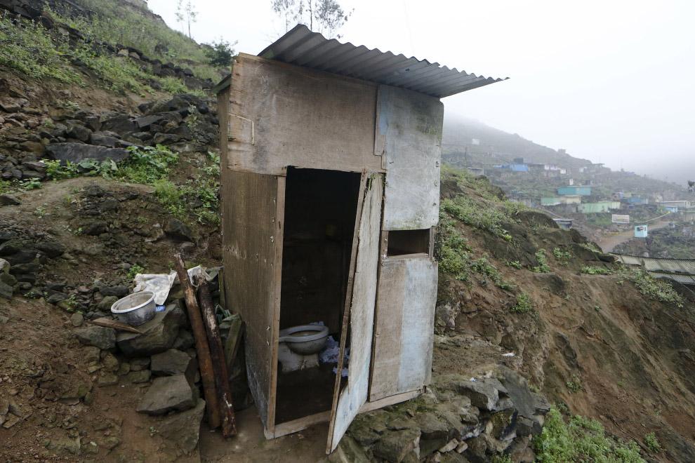 Туалет на окраине Лимы, Перу