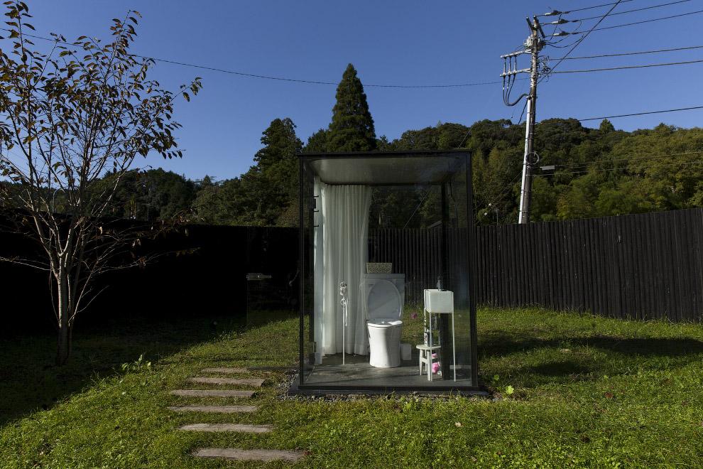 Стеклянный туалет к востоку от Токио