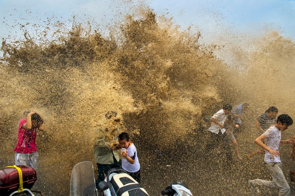Приливная волна на берегу реки Цяньтан 25 августа 2013