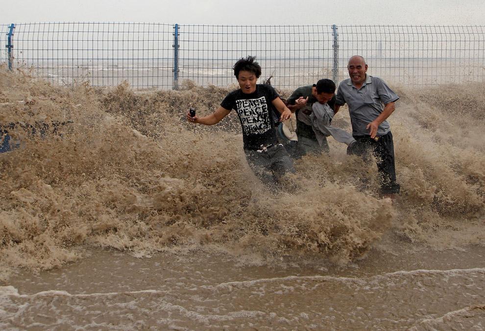 Приливная волна на берегу реки Цяньтан