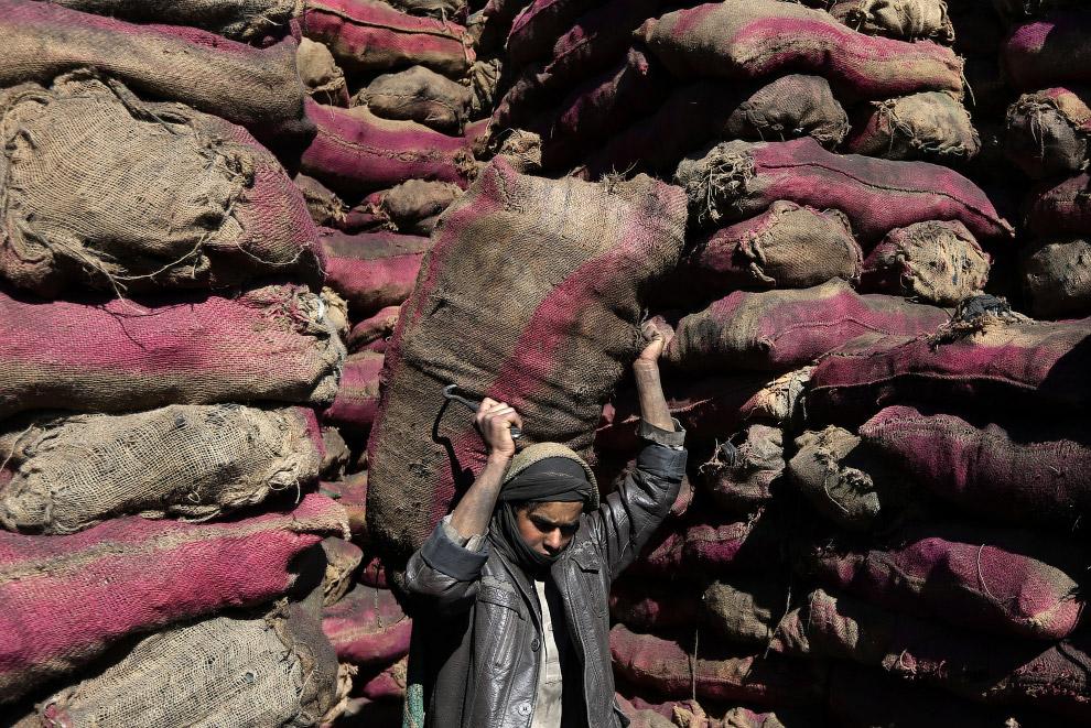 Разгрузка угля в Кабуле, Афганистан