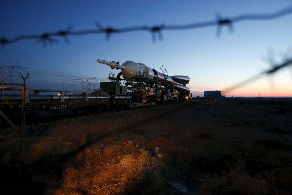 Космический корабль Союз ТМА-16М едет на стартовую площадку на космодроме Байконур,