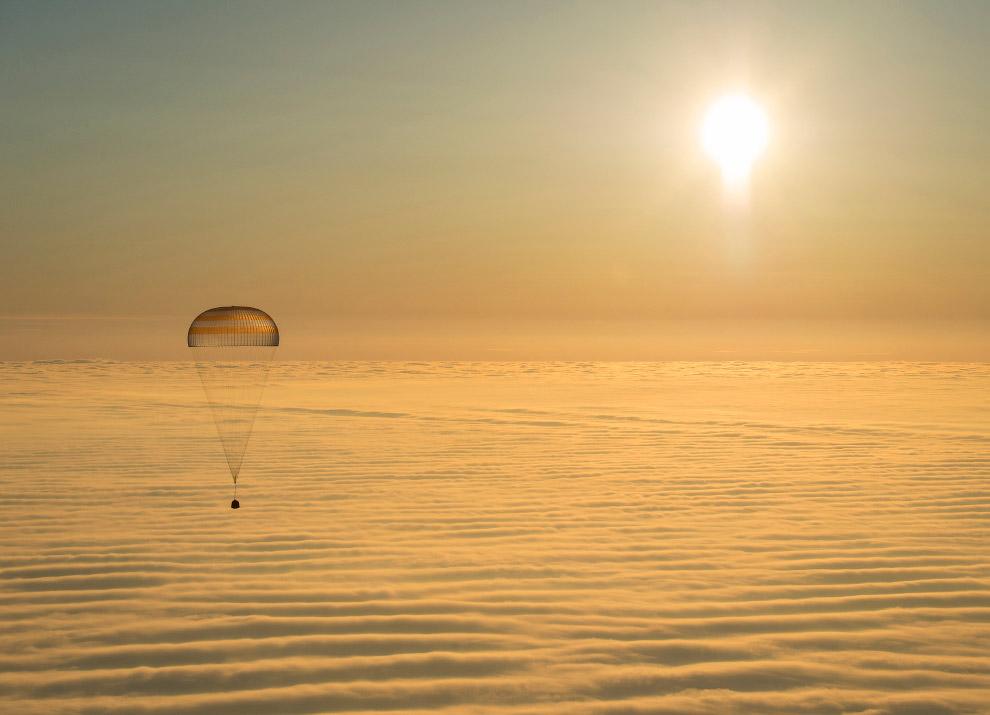 Спускаемая капсула, в которой находятся космонавты корабля «Союз ТМА-14М», приземляется в казахстанской степи