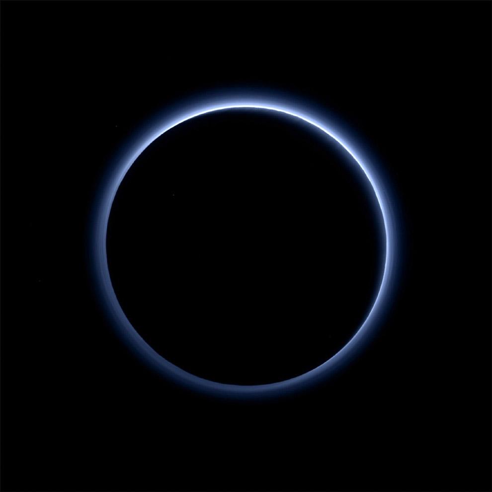 Космический аппарат обнаружил на Плутоне голубое небо и запасы льда. Это первый цветнйо снимок атмосферы Плутона