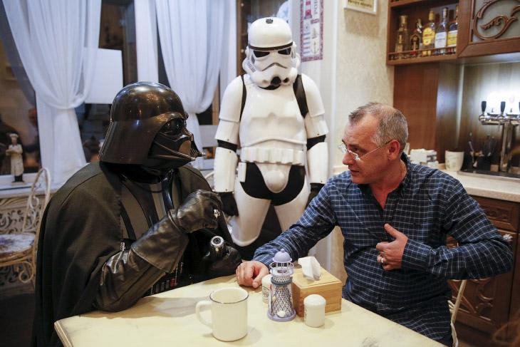 Дарт Николаевич Вейдер общается со своим поклонником в кафе Одессы