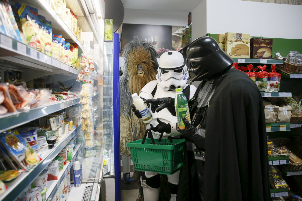 Дарт Николаевич Вейдер с помощниками в продуктовом магазине в Одессе