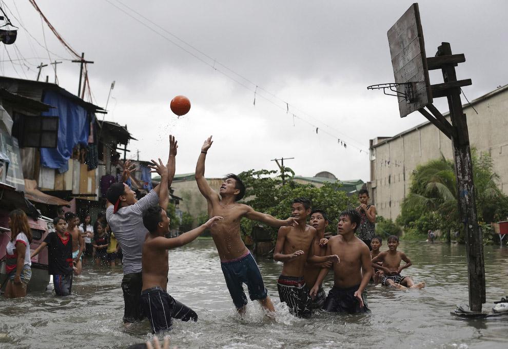 Проливные дожди снова подтопили Манилу
