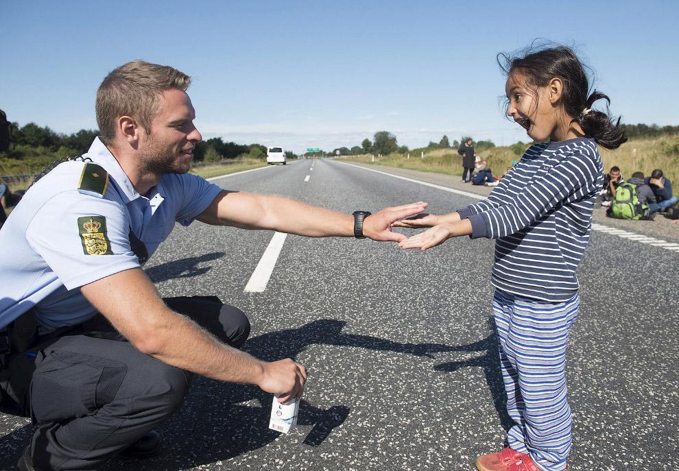 Добрый полицейский и мигранты из Сирии и Ирака