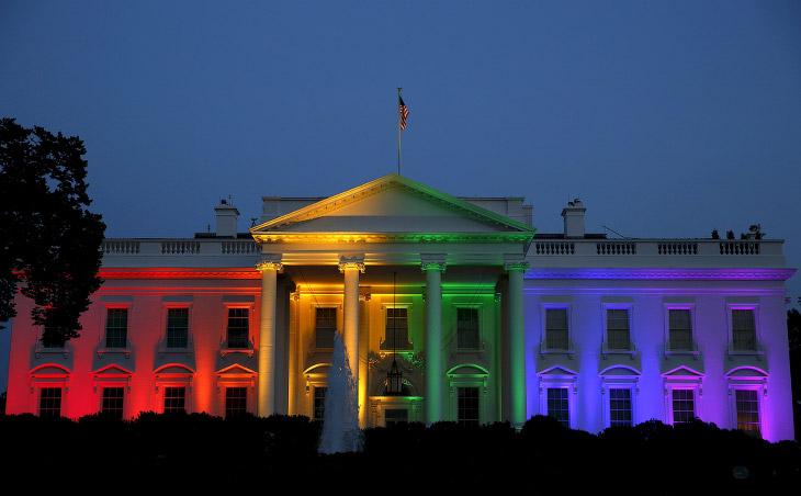 Радостный Белый дом после исторического решения Верховного суда о легализации однополых браков