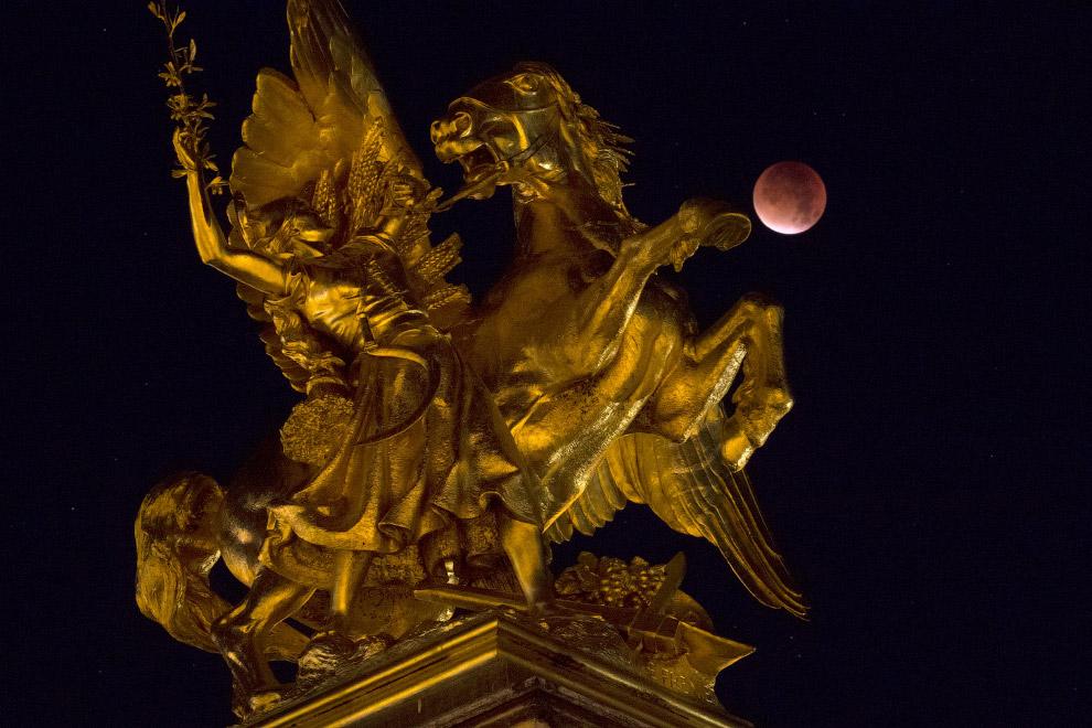 Мост Александра III в Париже и Луна