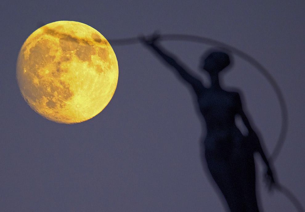 Луна в Брюсселе, Бельгия
