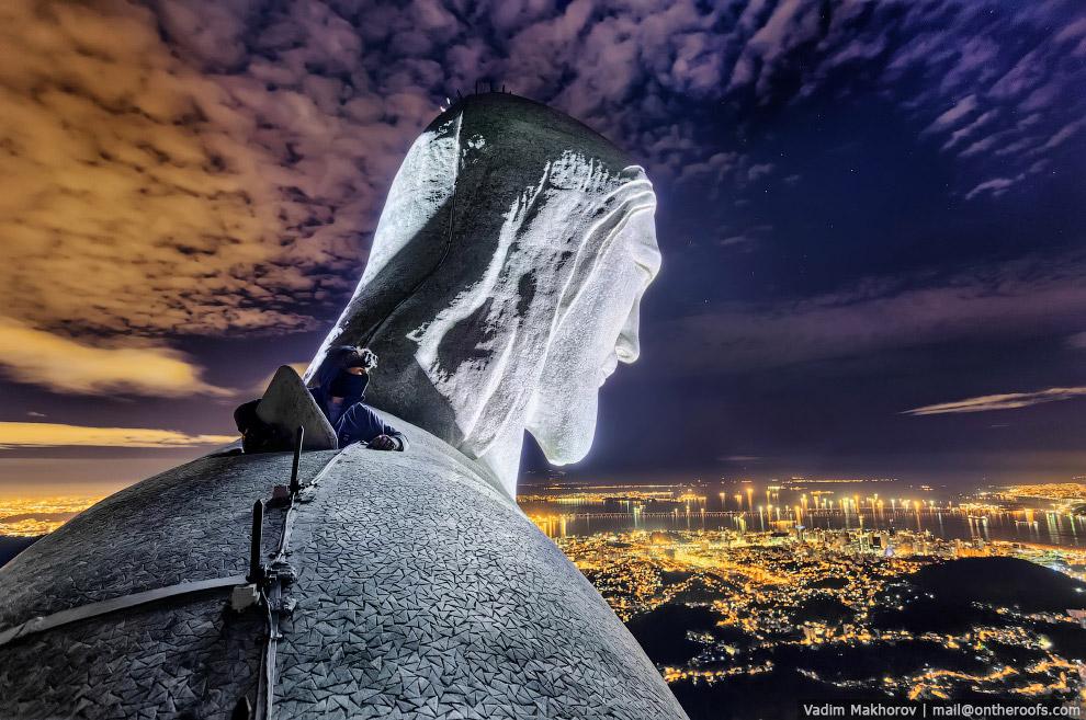 Наверху статуи Христа-Искупителя в Рио-де-Жанейро