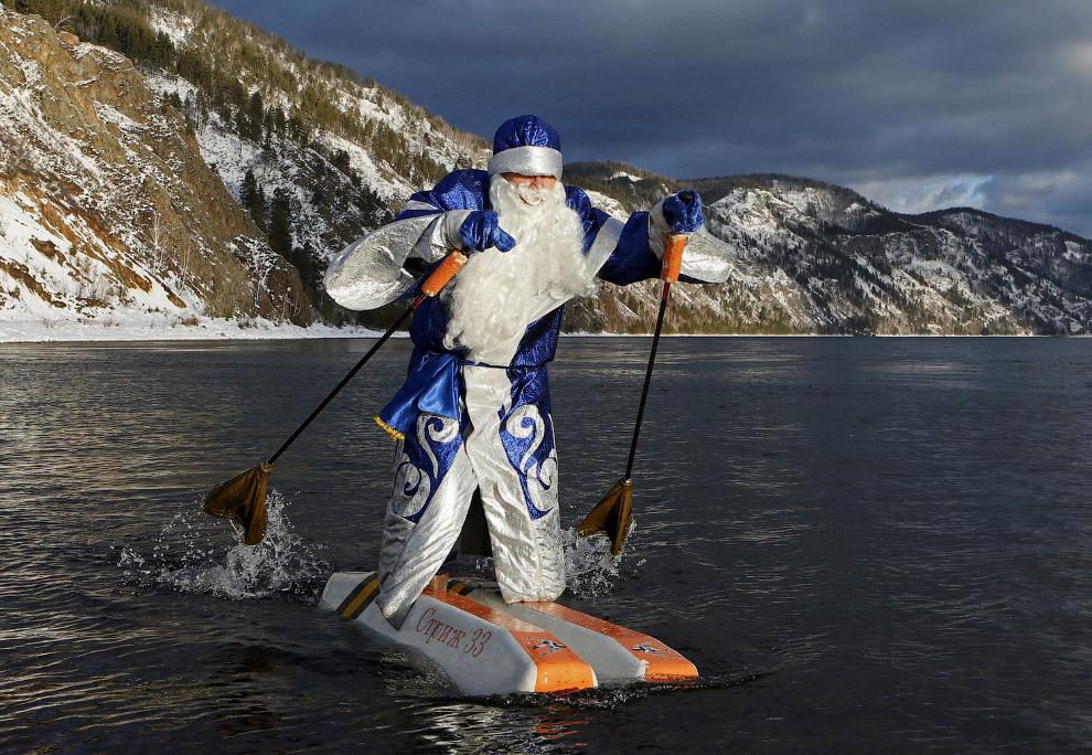 Дед Мороз на водных лыжах из пенопласта на Енисее около Красноярска