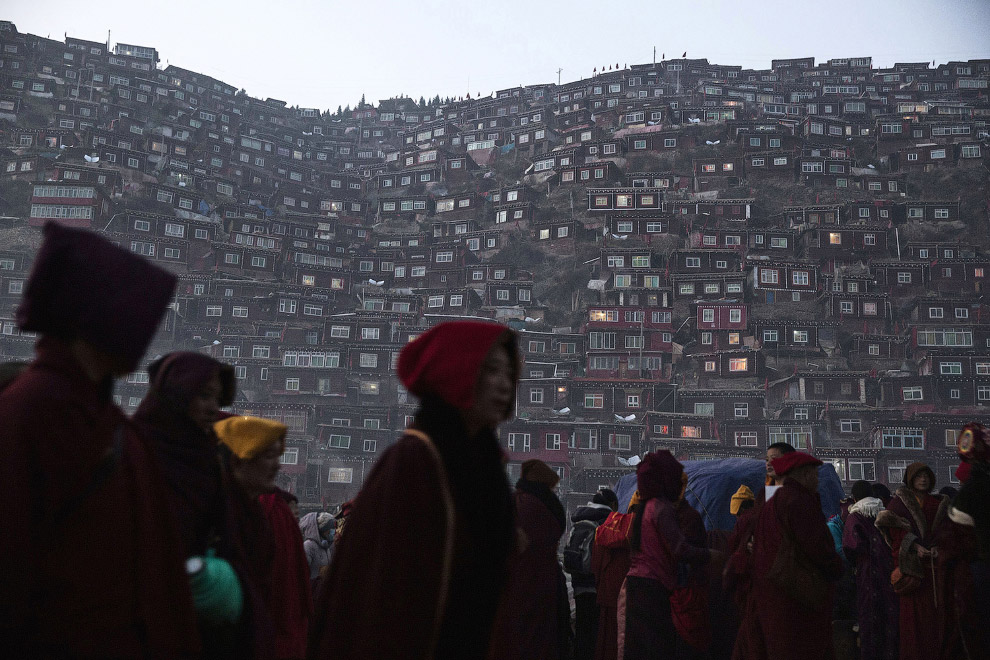 Буддийский институт Ларунг Гар в городе Сертар