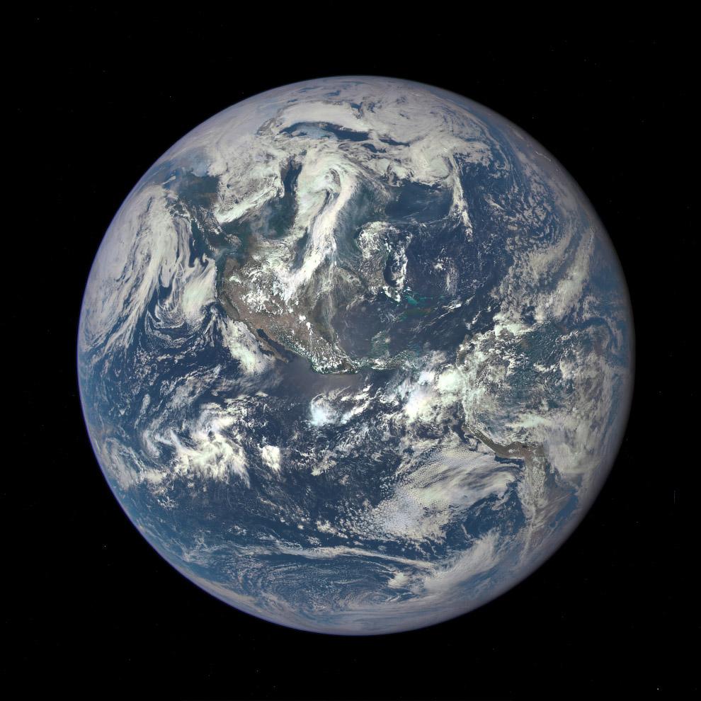 Первое фото Земли от аппарата DSCOVR