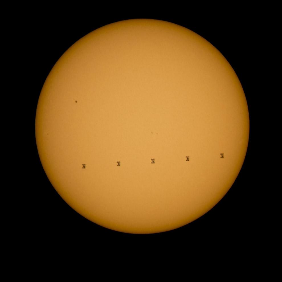 Транзит Международной космической станции на фоне Солнца