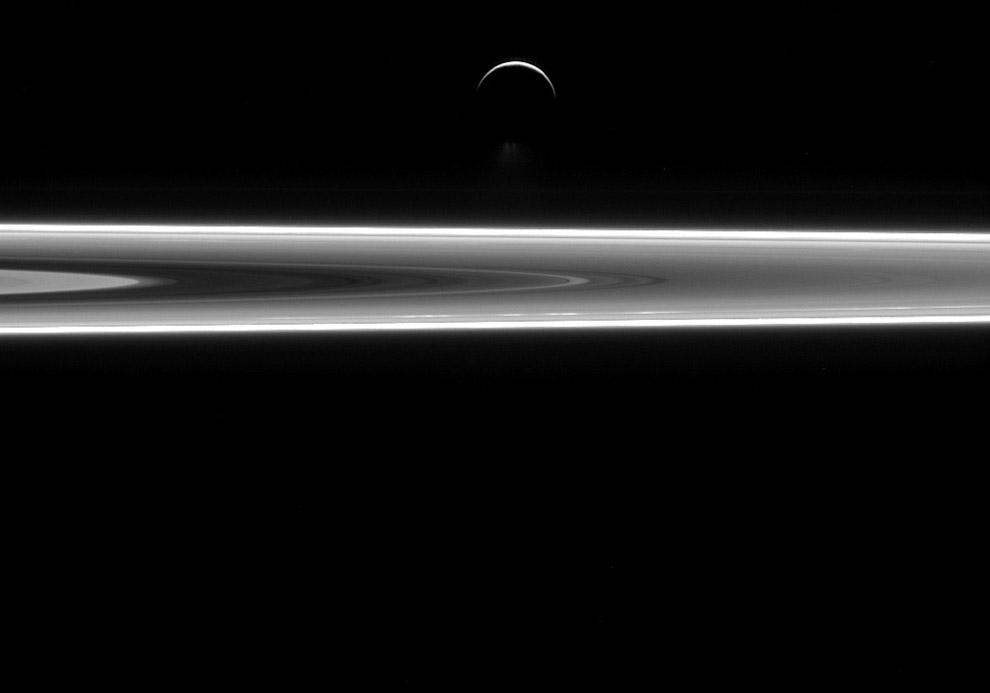 Шестой по размеру Энцелад на фоне колец Сатурна
