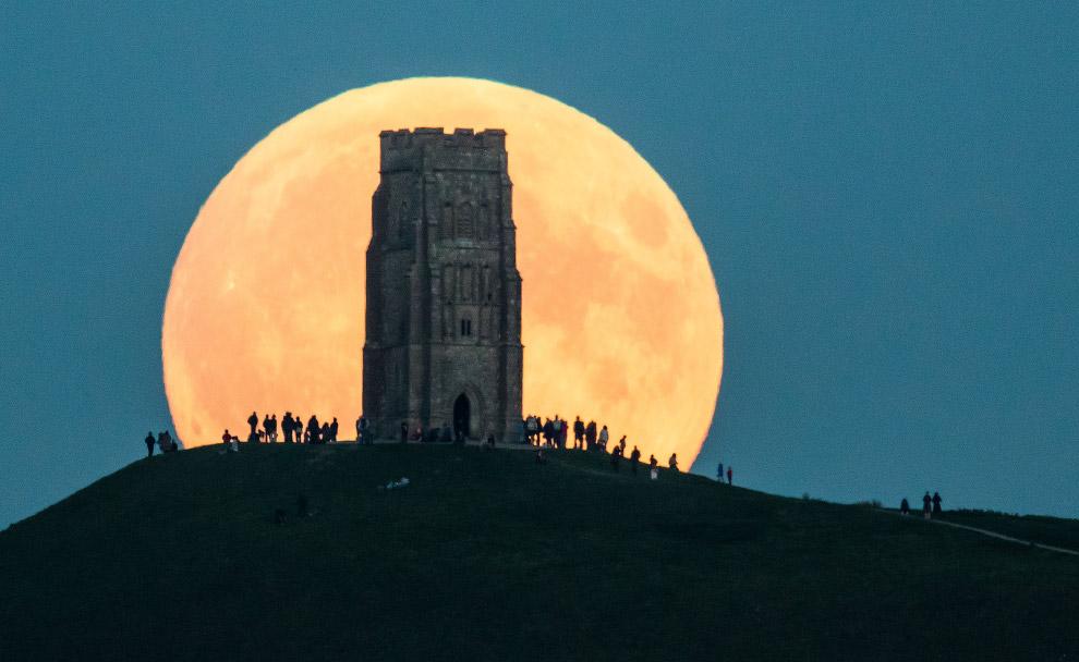 Восход Луны над Гластонбери