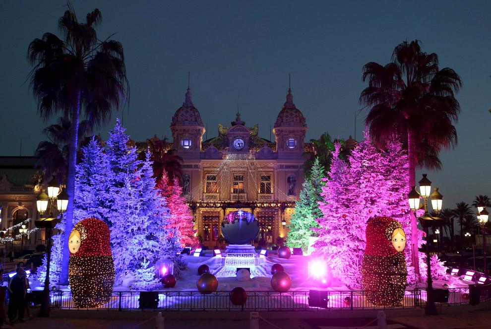 Новогодние ёлки возле казино в Монте-Карло