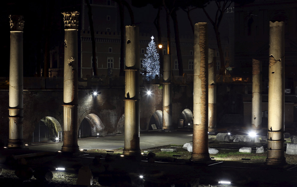 Ёлка и древние руины в центре Рима, Италия