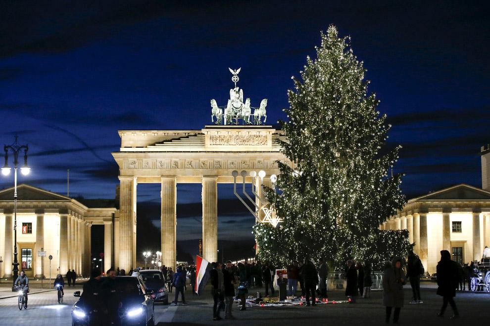 Новогодняя ёлка перед Бранденбургскими воротами в Берлине, Германия,