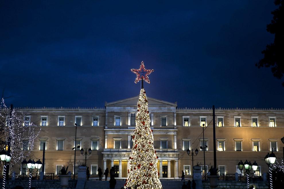 Новогодняя ёлка со звездой в Афинах, Греция