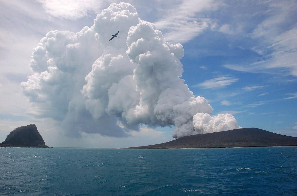 Вулкан, который находится возле островов архипелага Тонга