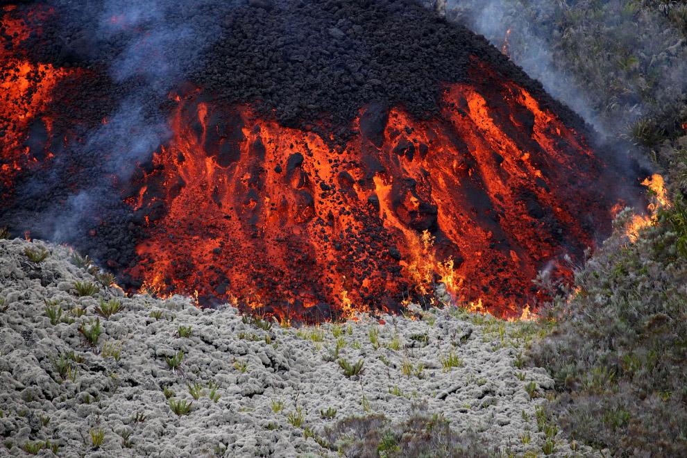Лава вытекает из вулкана Питон-де-ла-Фурнез