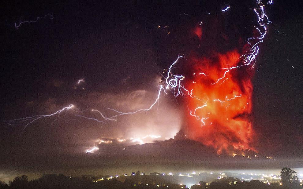 Молнии во время извержения вулкана Кальбуко в Чили