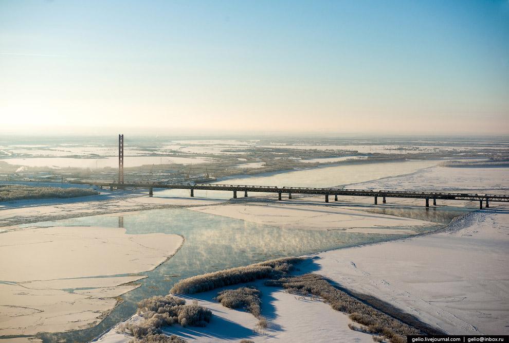 Югорский вантовый мост через реку Обь — один из самых длинных в Сибири.