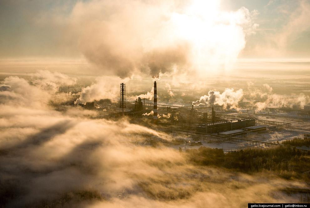 Завод по переработке нефти.