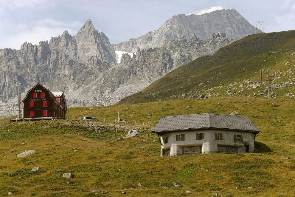 Замаскированный пулеметный бункер возле села Реальп в Швейцарии