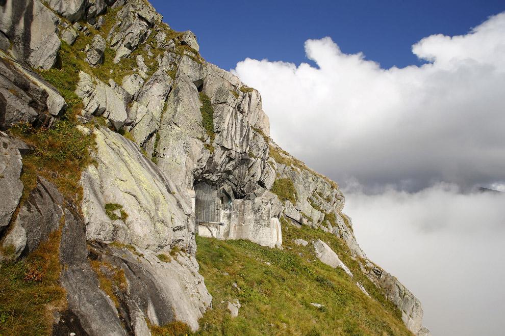 Бывшая швейцарская артиллерийская крепость в скале на перевале Сен-Готард