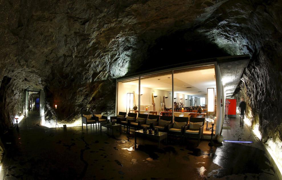 Отель в бывшем швейцарском армейском бункере на перевале Сен-Готард, Швейцария