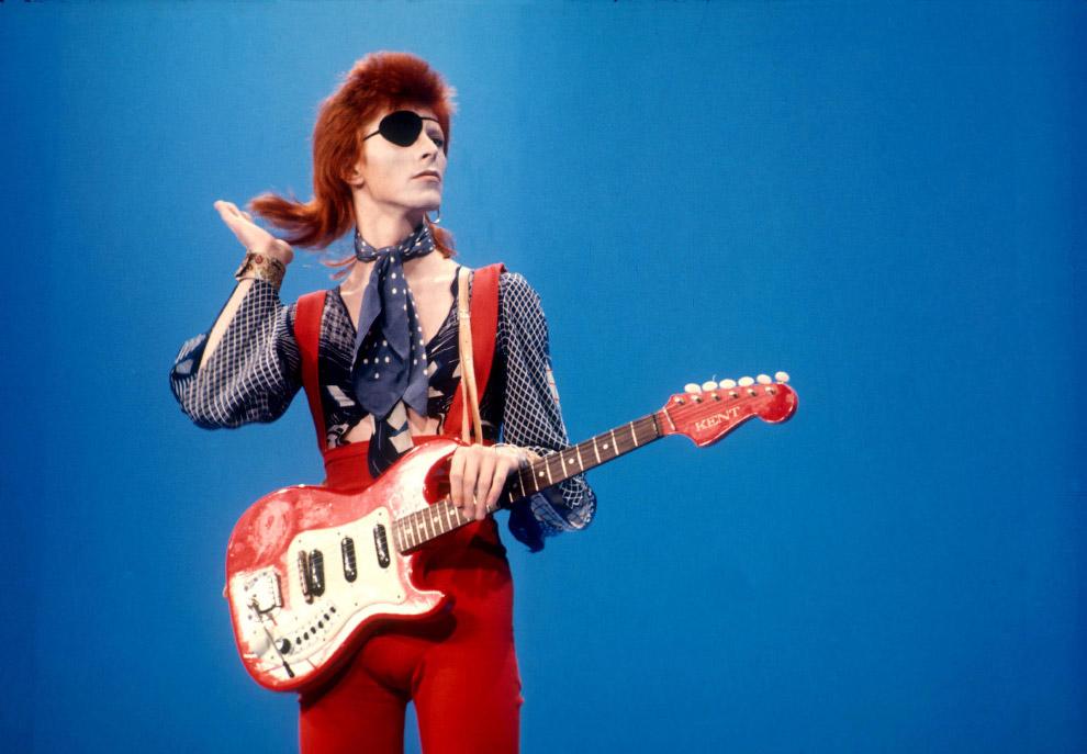 Дэвид Боуи играет свой хит Rebel Rebel в голландской студии в 1974 году