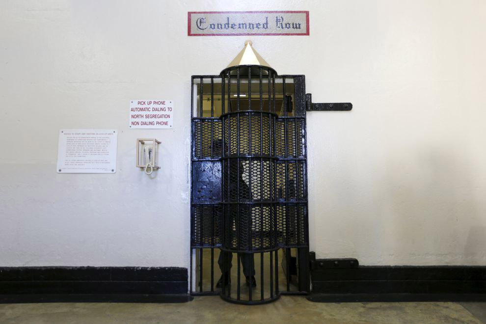 За этой фактурной дверью находятся камеры смертников
