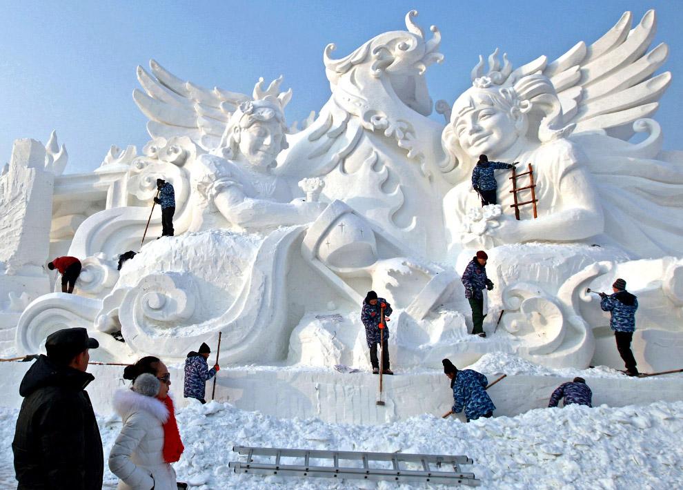 Огромный снежно-ледяной город