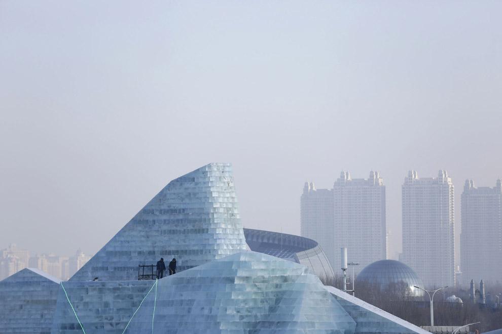 Ледяные строения на фоне китайских жилых муравейников