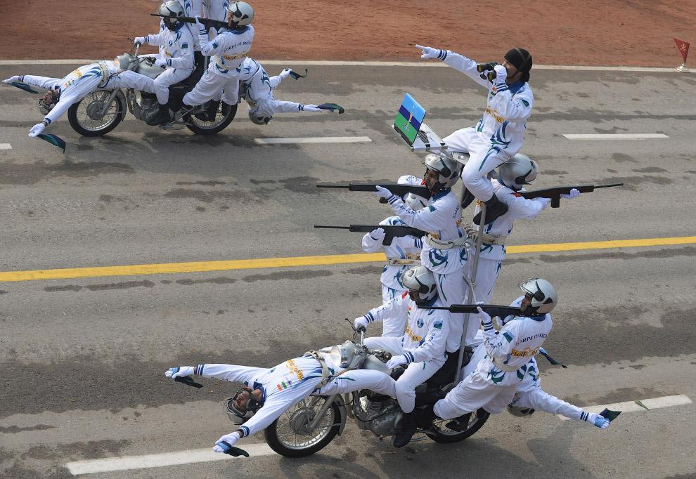 Какие-то невероятные трюки в исполнении индийских солдат на специальных мотоциклах