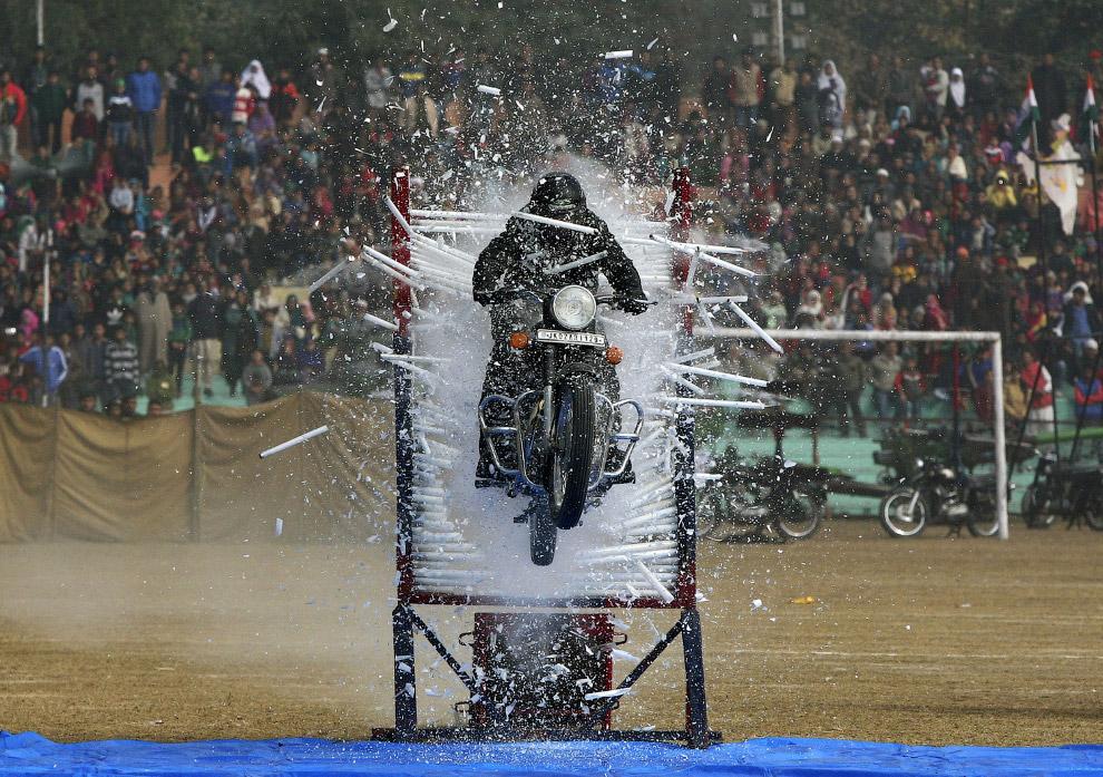 Индийские полицейские показывают, как они умеют ездить на мотоциклах сквозь преграды