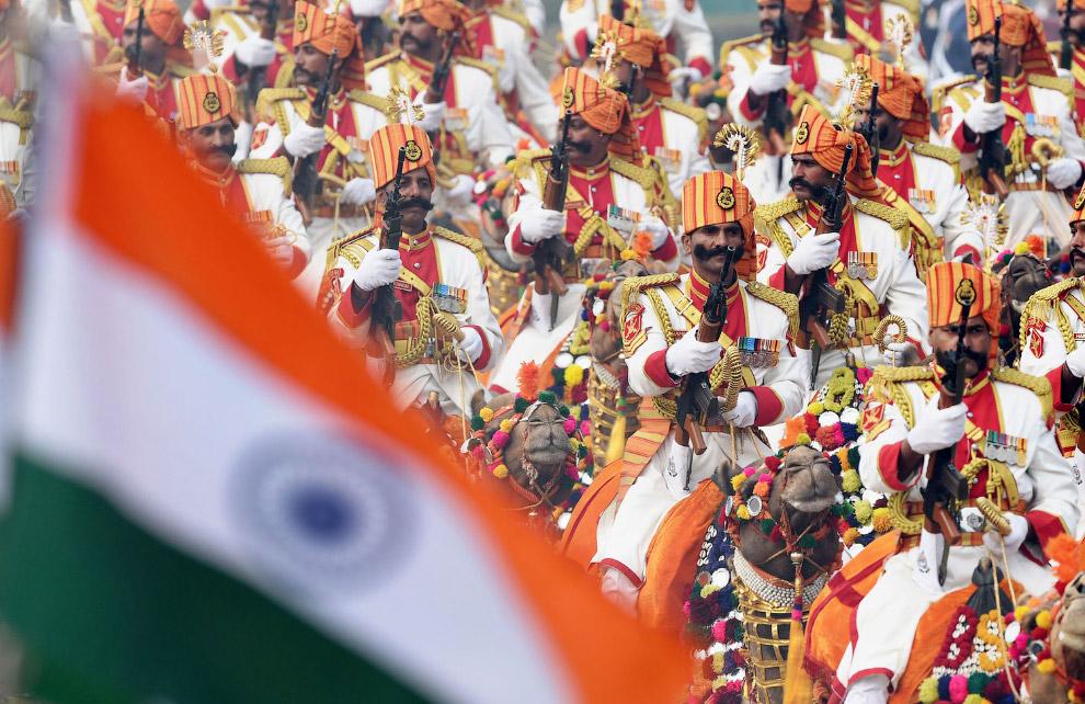 Очень колоритно смотрятся индийские пограничники в красивой форме и на верблюдах